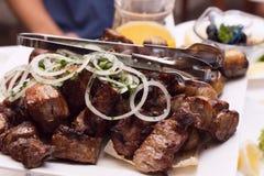 Vlees op houtskool wordt gekookt die Royalty-vrije Stock Foto