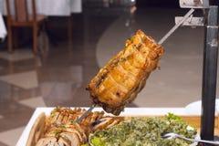 Vlees op houtskool wordt gekookt die Royalty-vrije Stock Afbeelding