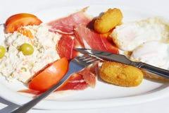 Vlees, salade en gebraden eieren op witte plaat Stock Afbeeldingen
