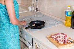 Vlees van het vrouwen het Kokende Varkensvlees bij de Keuken Royalty-vrije Stock Foto