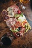 Vlees van Italiaanse delicatessen wordt gesneden die Royalty-vrije Stock Foto's