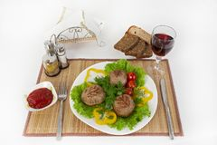 Vlees van rundvlees, ronde rhizol Ronde vleeskoteletten met greens, tomaten en een glas wijn Nuttig en smakelijk ontbijt Stock Afbeelding