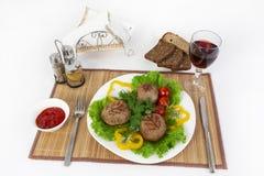 Vlees van rundvlees, ronde rhizol Ronde vleeskoteletten met greens, tomaten en een glas wijn Nuttig en smakelijk ontbijt Royalty-vrije Stock Afbeeldingen