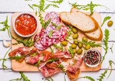 Vlees voor een snelle snack wordt geplaatst die royalty-vrije stock foto