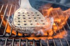 Vlees voor hamburgerbraadstukken in de brand van een grill royalty-vrije stock foto's