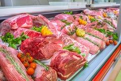 Vleesafdeling, showcase met verscheidenheid van vlees in verschillende besnoeiingen royalty-vrije stock foto's