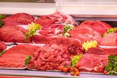 Vleesafdeling, showcase met verscheidenheid van vlees in verschillende besnoeiingen stock afbeeldingen