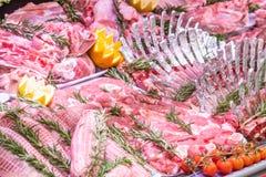 Vleesafdeling, showcase met verscheidenheid van vlees in verschillende besnoeiingen royalty-vrije stock foto