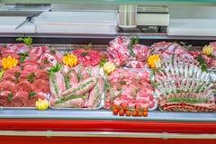 Vleesafdeling, showcase met verscheidenheid van vlees in verschillende besnoeiingen royalty-vrije stock fotografie