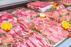 Vleesafdeling, showcase met verscheidenheid van vlees in verschillende besnoeiingen stock fotografie