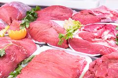 Vleesafdeling in slachterij binnen een marktwandelgalerij royalty-vrije stock foto's