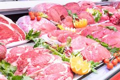 Vleesafdeling in slachterij binnen een marktwandelgalerij stock foto's
