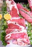 Vleesafdeling in slachterij binnen een marktwandelgalerij stock fotografie