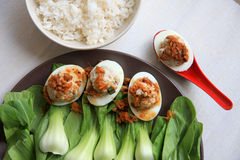 Vleesballetje en eieren stock foto