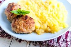 Vleesballetjes en fijngestampte aardappels Stock Fotografie