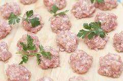 Vleesballetjes klaar om worden gekookt royalty-vrije stock foto's