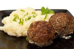 Vleesballetjes met fijngestampte aardappel Stock Foto