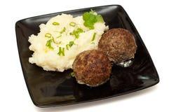 Vleesballetjes met fijngestampte aardappel Stock Afbeeldingen