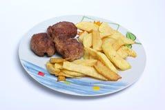 Vleesballetjes met frieten stock foto's