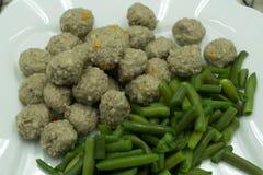 Vleesballetjes met gekookte aardappels en asperge op een plaat worden gediend die stock foto