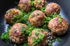 Vleesballetjes met greens op de pan Royalty-vrije Stock Foto's