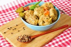 Vleesballetjes met groenten op een scherpe raad stock afbeeldingen