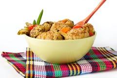 Vleesballetjes met groenten op een witte achtergrond stock afbeelding