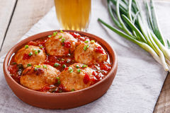 Vleesballetjes met tomatensaus in een kleikom stock afbeelding