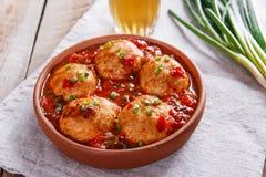Vleesballetjes met tomatensaus in een kleikom stock afbeeldingen