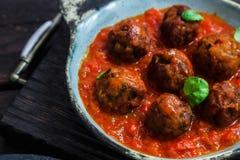 Vleesballetjes met tomatensaus op een ceramische pan Dichte mening, rustieke stijl Royalty-vrije Stock Foto