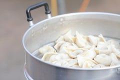 Vleesballetjes van vissen worden gemaakt die Royalty-vrije Stock Fotografie