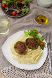 Vleesballetjeskoteletten met fijngestampte aardappels en salade Royalty-vrije Stock Foto