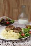 Vleesballetjeskoteletten met fijngestampte aardappels en salade Royalty-vrije Stock Foto's