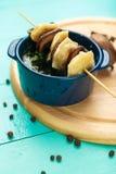 Vleesbollen - Russische gekookte pelmeni in plaat Stock Foto