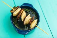 Vleesbollen - Russische gekookte pelmeni in plaat Stock Foto's