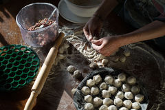 Vleesbollen - Russische pelmeni op houten achtergrond Stock Foto