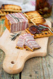Vleesbrood met in de zon gedroogde tomaten en croutons Royalty-vrije Stock Afbeeldingen