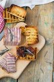 Vleesbrood met in de zon gedroogde tomaten en croutons Royalty-vrije Stock Fotografie