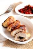 Vleesbroodjes met paddestoelen De geroosterde borst van Turkije rolt met paddestoelen op de plaat en op de jute, vork, plantaardi Stock Foto's