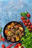 Vleesgoelasj met groenten, aardappels en paddestoelen Stock Fotografie