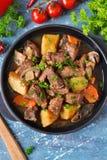 Vleesgoelasj met groenten, aardappels en paddestoelen Stock Foto