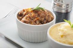 Vleeshutspot en Fijngestampte Aardappel Stock Foto