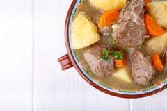 Vleeshutspot met aardappels en wortelen Goelasjsoep royalty-vrije stock foto