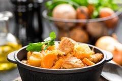 Vleeshutspot met groenten Gesmoord vlees met kool, wortel en aardappel stock foto
