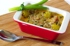 Vleeshutspot met groenten in het zuur in een ceramische stewpot royalty-vrije stock foto