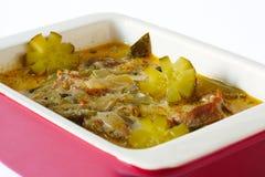 Vleeshutspot met groenten in het zuur in een ceramische stewpot Stock Afbeeldingen