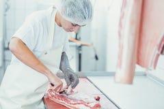 Vleesknipsel in slachterij stock foto's