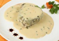 Vleeslapje vlees met witte saus royalty-vrije stock afbeeldingen