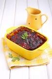 Vleespastei in een gele kom wordt gebakken die Stock Afbeelding