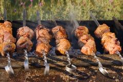 Vleespen - stukken van varkensvlees op vleespennen, op houtskool worden geroosterd die Stock Afbeeldingen